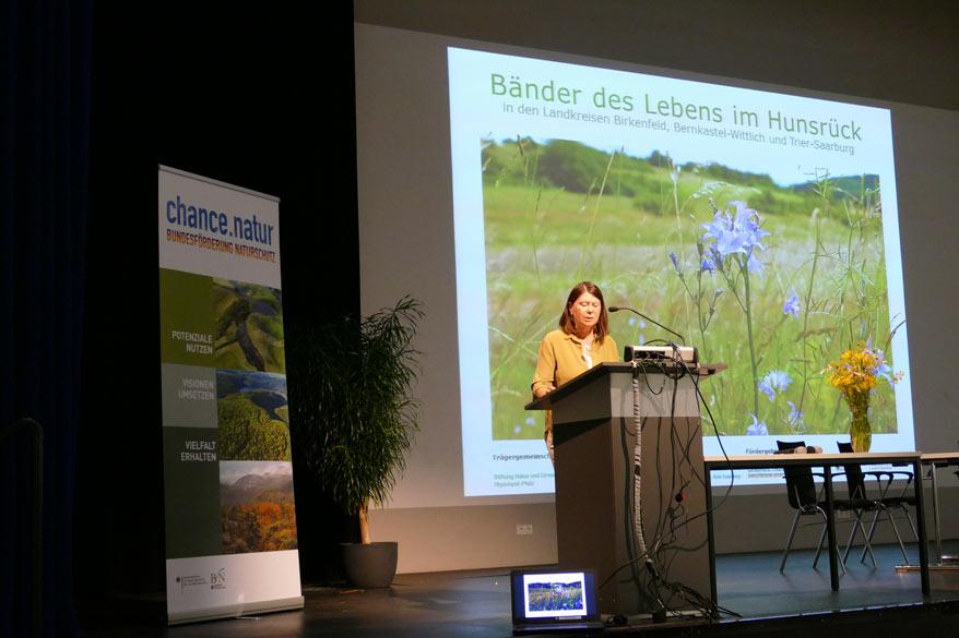 Umweltministerin Ulrike Höfken am Rednerpult bei der Veranstaltung in Hoppstädten-Weilerbach